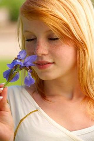 Konfirmationsfoto, konfirmand med blomst